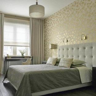 Идея дизайна: хозяйская спальня в стиле современная классика с желтыми стенами и серым полом