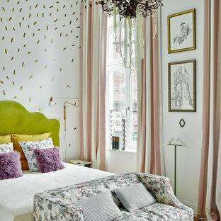 Стильный дизайн: хозяйская спальня в стиле фьюжн с белыми стенами, коричневым полом, паркетным полом среднего тона и обоями на стенах - последний тренд