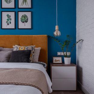 Imagen de dormitorio principal, actual, con paredes azules, suelo de madera oscura y suelo marrón