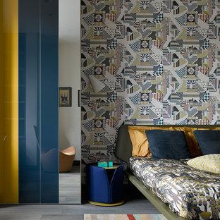 Стильный дизайн: гостевая спальня в современном стиле с разноцветными стенами и темным паркетным полом - последний тренд