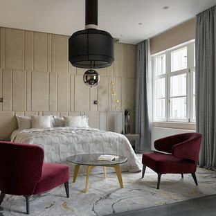 На фото: хозяйские спальни в современном стиле с бежевыми стенами и темным паркетным полом