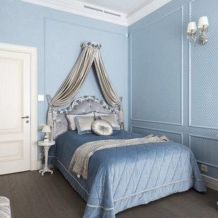 На фото: спальня в классическом стиле с синими стенами, паркетным полом среднего тона и коричневым полом с