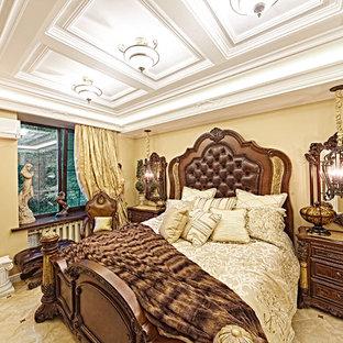 Стильный дизайн: маленькая хозяйская спальня в викторианском стиле с бежевыми стенами и полом из керамогранита без камина - последний тренд