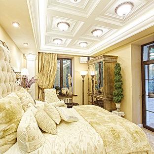 На фото: класса люкс маленькие гостевые спальни в викторианском стиле с бежевыми стенами и полом из керамогранита без камина