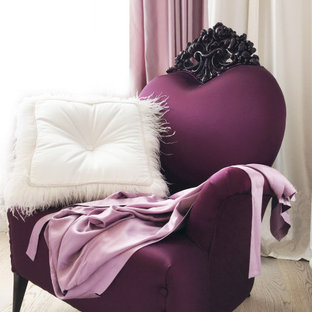 Modelo de dormitorio principal, clásico renovado, de tamaño medio, con paredes rosas, suelo de madera en tonos medios y suelo beige
