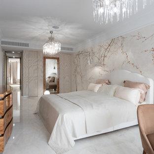 Пример оригинального дизайна: большая хозяйская спальня в современном стиле с разноцветными стенами и белым полом