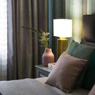 Ejemplo de dormitorio principal, nórdico, pequeño, con paredes azules, suelo vinílico y suelo marrón