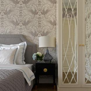 Стильный дизайн: хозяйская спальня в классическом стиле с серыми стенами, паркетным полом среднего тона и коричневым полом - последний тренд