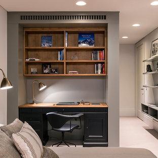 Идея дизайна: гостевая спальня в стиле современная классика с бежевыми стенами, ковровым покрытием и бежевым полом