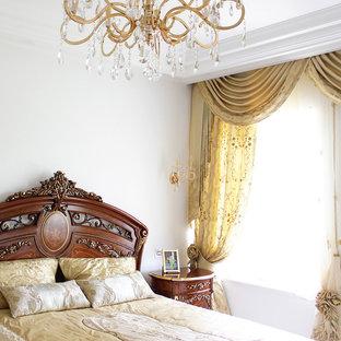 На фото: большая хозяйская спальня в викторианском стиле с белыми стенами и полом из керамогранита с