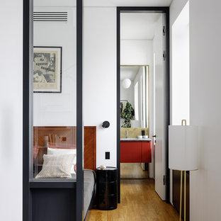 Идея дизайна: хозяйская спальня в стиле модернизм с белыми стенами, паркетным полом среднего тона и коричневым полом