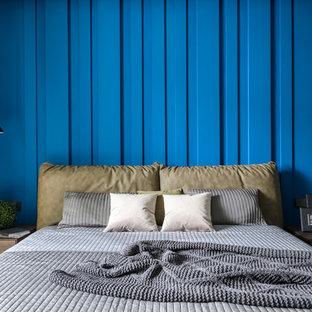 Пример оригинального дизайна: хозяйская спальня в современном стиле с синими стенами