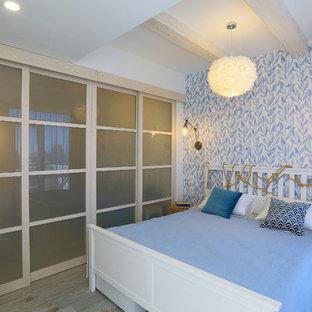 Bild på ett litet maritimt sovrum, med flerfärgade väggar, klinkergolv i porslin och turkost golv