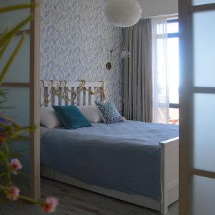 Exemple d'une petit chambre parentale bord de mer avec un mur multicolore, un sol en carrelage de porcelaine et un sol turquoise.