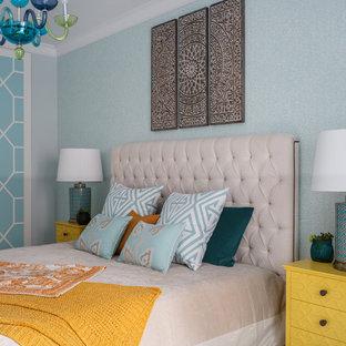 Идея дизайна: хозяйская спальня среднего размера в стиле фьюжн с светлым паркетным полом, бежевым полом и синими стенами