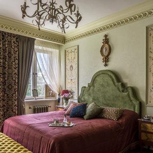 Свежая идея для дизайна: хозяйская спальня среднего размера в классическом стиле с зелеными стенами, паркетным полом среднего тона и бежевым полом - отличное фото интерьера