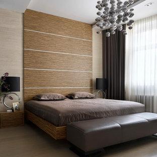 Неиссякаемый источник вдохновения для домашнего уюта: хозяйская спальня в современном стиле с коричневыми стенами, паркетным полом среднего тона и коричневым полом без камина