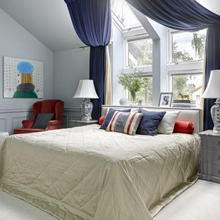 Свежая идея для дизайна: хозяйская спальня среднего размера в классическом стиле с серыми стенами, темным паркетным полом и кроватью у окна без камина - отличное фото интерьера