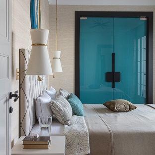 Новый формат декора квартиры: хозяйская спальня в стиле современная классика с бежевыми стенами, паркетным полом среднего тона и коричневым полом