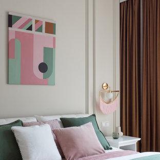 Modernes Schlafzimmer mit weißer Wandfarbe und Wandpaneelen in Sonstige