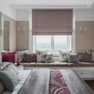 Неиссякаемый источник вдохновения для домашнего уюта: хозяйская спальня в стиле современная классика с бежевыми стенами, темным паркетным полом и коричневым полом