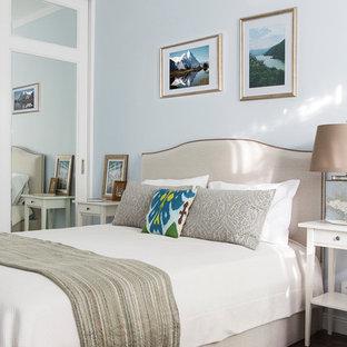 Свежая идея для дизайна: хозяйская спальня в классическом стиле с темным паркетным полом, коричневым полом и синими стенами - отличное фото интерьера