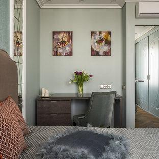Идея дизайна: хозяйская спальня в стиле современная классика с зелеными стенами, паркетным полом среднего тона и коричневым полом