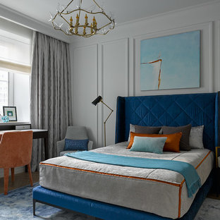 Стильный дизайн: хозяйская спальня в стиле современная классика с серыми стенами, светлым паркетным полом и бежевым полом - последний тренд