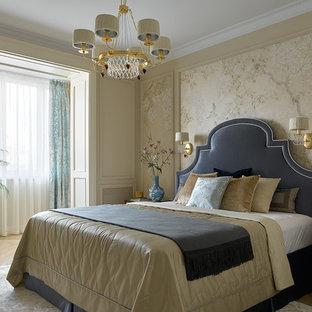 Стильный дизайн: хозяйская спальня в классическом стиле с бежевыми стенами, светлым паркетным полом и бежевым полом - последний тренд