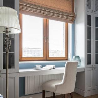 Пример оригинального дизайна: спальня в классическом стиле с синими стенами и светлым паркетным полом