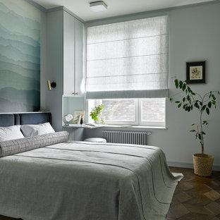 Стильный дизайн: хозяйская спальня в современном стиле с серыми стенами, темным паркетным полом и коричневым полом - последний тренд