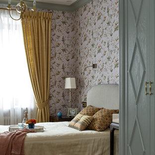 На фото: маленькая хозяйская спальня в классическом стиле с паркетным полом среднего тона с