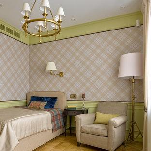 Удачное сочетание для дизайна помещения: маленькая спальня в классическом стиле с паркетным полом среднего тона и разноцветными стенами без камина - самое интересное для вас