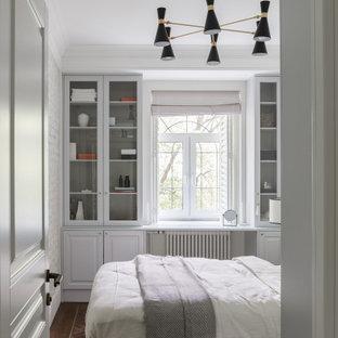 Imagen de dormitorio principal y casetón, nórdico, de tamaño medio, con paredes grises, suelo vinílico y suelo marrón