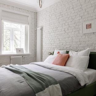 Mittelgroßes Nordisches Hauptschlafzimmer mit weißer Wandfarbe, Vinylboden, braunem Boden und Ziegelwänden in Sankt Petersburg