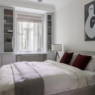 Mittelgroßes Skandinavisches Hauptschlafzimmer mit grauer Wandfarbe, Vinylboden und braunem Boden in Sankt Petersburg