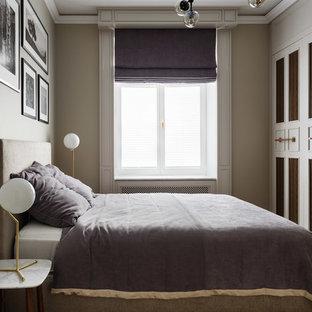Пример оригинального дизайна интерьера: спальня в стиле современная классика с бежевыми стенами, паркетным полом среднего тона и коричневым полом