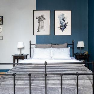 Ispirazione per una camera matrimoniale minimalista di medie dimensioni con pareti blu, pavimento in legno massello medio e pavimento giallo