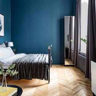 На фото: хозяйская спальня среднего размера в стиле ретро с синими стенами, паркетным полом среднего тона и желтым полом