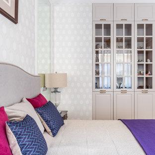 Esempio di una grande camera matrimoniale chic con pareti beige, pavimento in legno massello medio e pavimento giallo