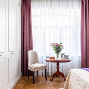 Aménagement d'une grand chambre parentale classique avec un mur beige, un sol en bois brun et un sol jaune.
