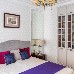 Immagine di una grande camera matrimoniale tradizionale con pareti beige, pavimento in legno massello medio e pavimento giallo