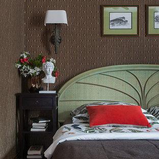 Идея дизайна: спальня в стиле фьюжн с коричневыми стенами и коричневым полом