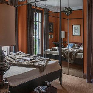 Ejemplo de dormitorio principal, bohemio, con parades naranjas y suelo marrón