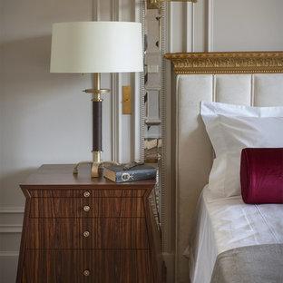 Стильный дизайн: хозяйская спальня в стиле современная классика с бежевыми стенами и ковровым покрытием - последний тренд