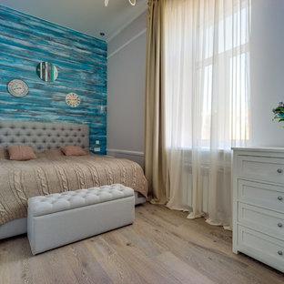 Свежая идея для дизайна: хозяйская спальня среднего размера в стиле шебби-шик с синими стенами, светлым паркетным полом и бежевым полом - отличное фото интерьера