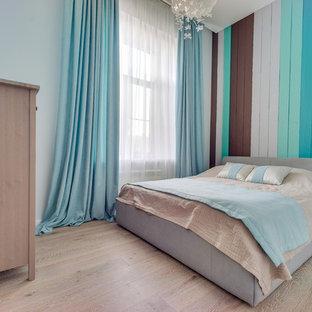 Выдающиеся фото от архитекторов и дизайнеров интерьера: маленькая гостевая спальня в современном стиле с синими стенами, светлым паркетным полом и бежевым полом