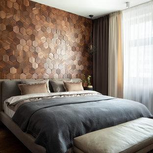 На фото: гостевая спальня среднего размера в современном стиле с темным паркетным полом, коричневым полом и коричневыми стенами с