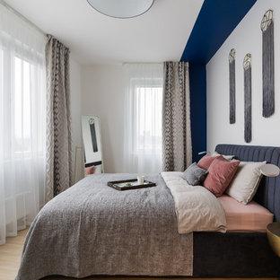 На фото: хозяйские спальни в современном стиле с белыми стенами, светлым паркетным полом и бежевым полом