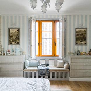 На фото: хозяйская спальня в классическом стиле с синими стенами, паркетным полом среднего тона и коричневым полом